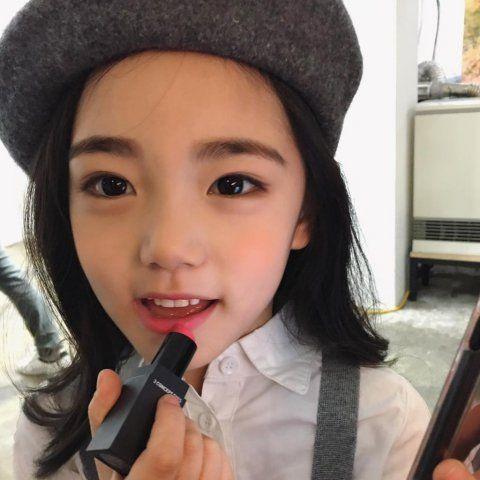 """Chưa học hết cấp 1, các tiểu mỹ nhân Hàn Quốc đã đeo """"mặt giả"""" - 1"""