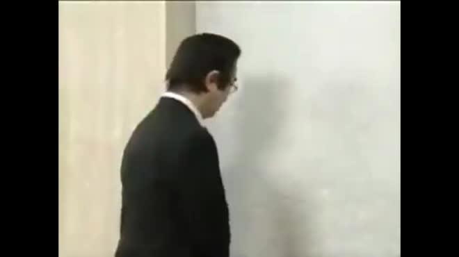 """Clip hài: Tranh giành đi thang máy... """"ôm"""""""