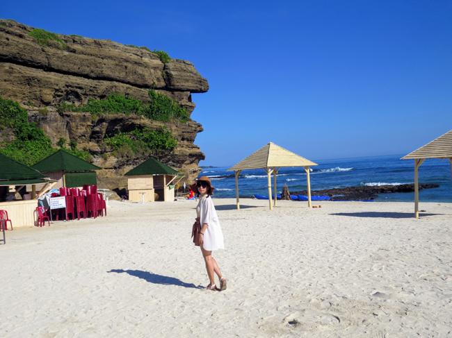 Bãi cát trắng trải dài dẫn tới mỏm núi đá gồ ghề sắc nhọn.