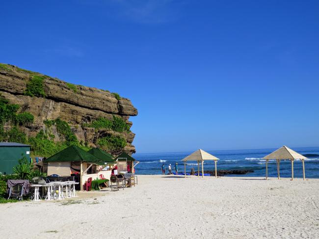 Khung cảnh tuyệt đẹp của bãi biển Hang Câu