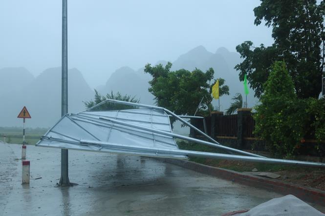 Ảnh - Clip: Bão số 10 đổ bộ, miền Trung mưa trắng trời, gió giật điên cuồng - 34