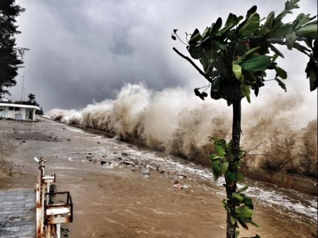 """Bão số 10: Sóng biển Quất Lâm dâng cao 8m, """"nhấn chìm"""" nhiều nhà nghỉ - 12"""