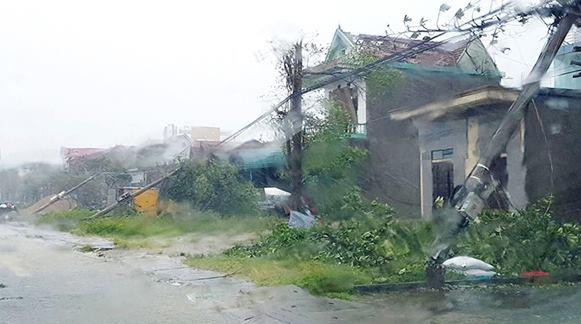 CẬP NHẬT bão số 10: Bão đổ bộ, tháp truyền hình cao 100m đổ sập - 1