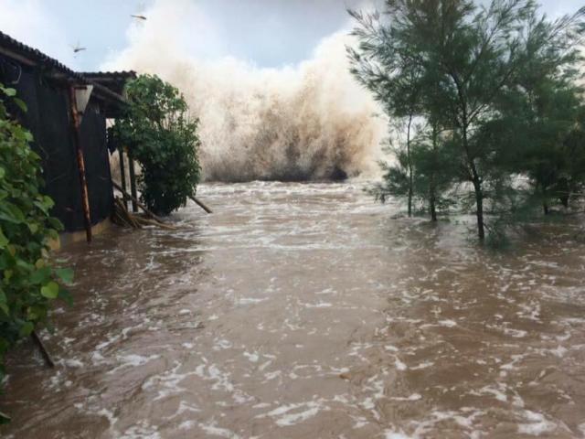 Bản tin thời tiết 17h30: Bão đi qua, Nghệ An-Quảng Ngãi vẫn mưa to hết ngày mai - 2