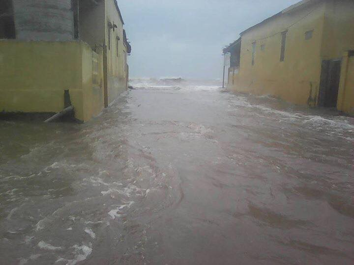 """Bão số 10: Sóng biển Quất Lâm dâng cao 8m, """"nhấn chìm"""" nhiều nhà nghỉ - 10"""