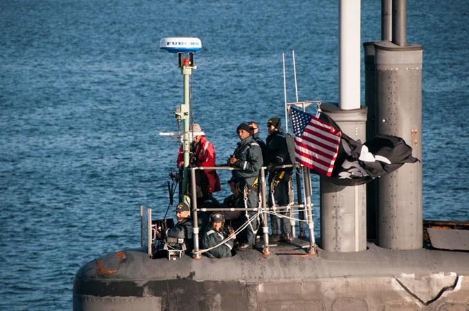 Tàu ngầm hạt nhân Mỹ cắm cờ cướp biển khi cập cảng - 1