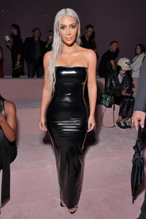 """Kiểu váy áo ngạt thở làm cô Kim """"siêu vòng 3"""" phô 3 vòng siêu tưởng - 1"""