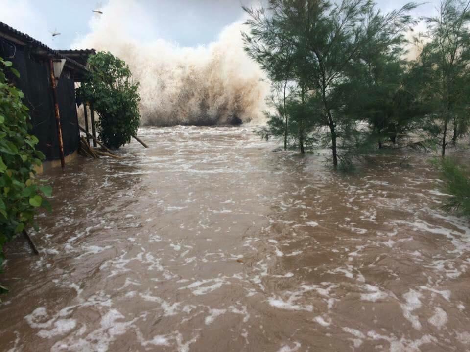 Nhìn lại sức tàn phá khủng khiếp của bão số 10 khi đổ bộ miền Trung - 14