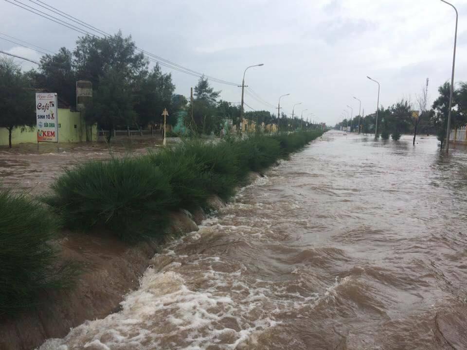Nhìn lại sức tàn phá khủng khiếp của bão số 10 khi đổ bộ miền Trung - 15
