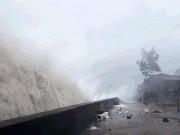 Tin tức trong ngày - Bản tin thời tiết 13h: Bão số 10 hoành hành Hà Tĩnh-Quảng Trị, sóng cao hơn 10 mét