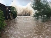 """Tin tức trong ngày - Bão số 10: Sóng biển Quất Lâm dâng cao 8m, """"nhấn chìm"""" nhiều nhà nghỉ"""