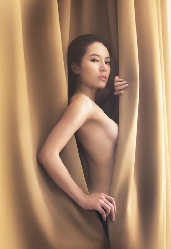 Trong khi triển lãm ảnh khỏa thân nghệ thuật đầu tiên được cấp phép tại Việt Nam còn đang gây tranh cãi, người ta nhớ lại trong showbiz Việt đã có rất nhiều người đẹp từng chụp ảnh khỏa thân. Trong ảnh, ca sỹ Phương Linh vô cùng quyến rũ trong 1 shot ảnh nude nghệ thuật.