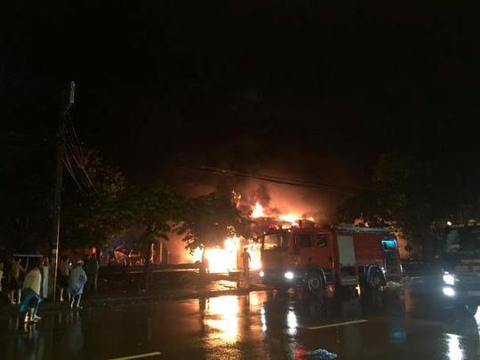 Siêu thị cháy dữ dội trong đêm mưa lớn do bão số 10 - 1