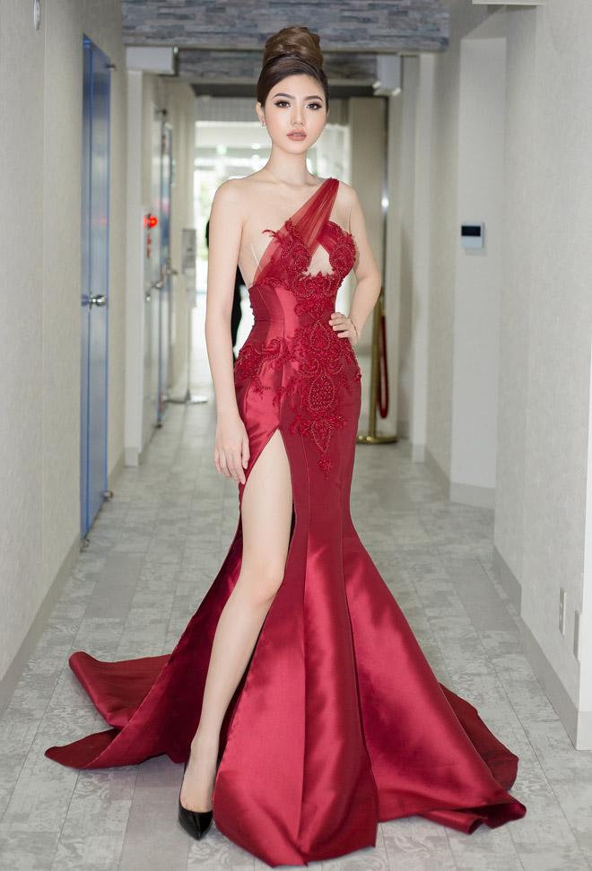 """Váy táo bạo tiết lộ dáng sexy của """"mỹ nữ Vũng Tàu đi xe 70 tỷ"""" - 1"""