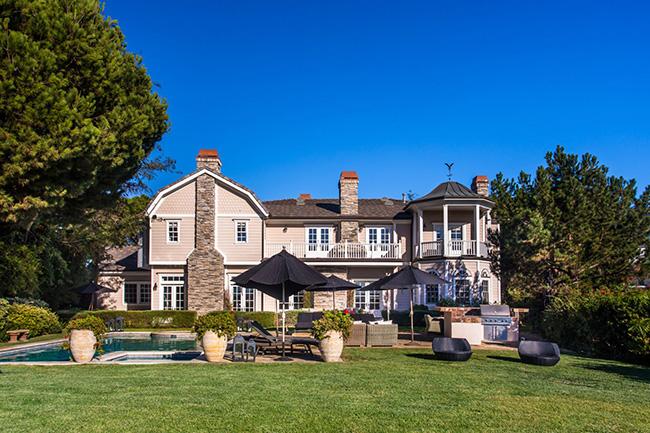 Ngôi biệt thự với 7 phòng ngủ, 8 phòng tắm được Alba mua lại từ Mike Medavoy, CEO và chủ tịch của Phoenix Pictures. Cách đây 2 năm, Medavoy đã từng đặt giá ngôi nhà gần 15 triệu USD.