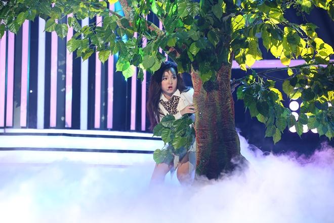 Trang Nhung bật khóc nhìn con gái 9 tuổi diễn cảnh mạo hiểm - 1