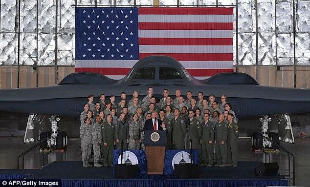 Đứng trước máy bay ném bom, Trump cảnh báo Triều Tiên - 1