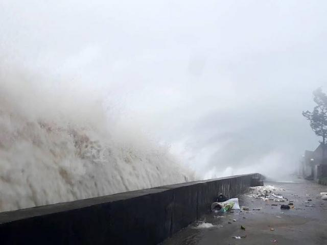 Quặn lòng nhìn miền Trung hoang tàn sau bão số 10 - 12