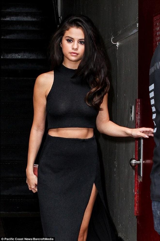 """Học Selena Gomez cách """"thả rông"""" đẹp và không phản cảm - 5"""