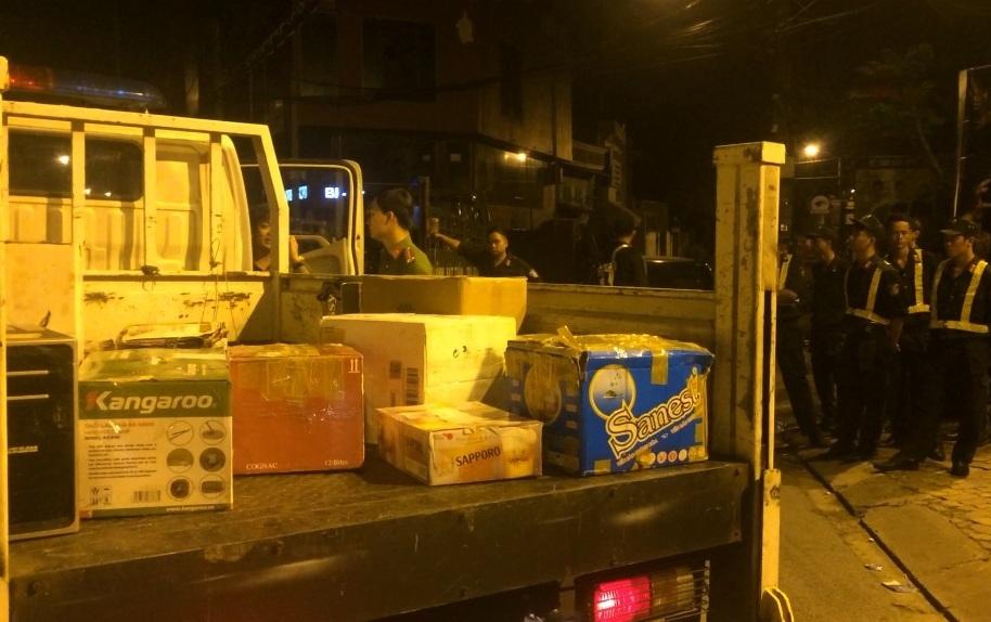 Hàng chục nam nữ đang lắc lư điên cuồng khi cảnh sát ập vào quán bar - 2