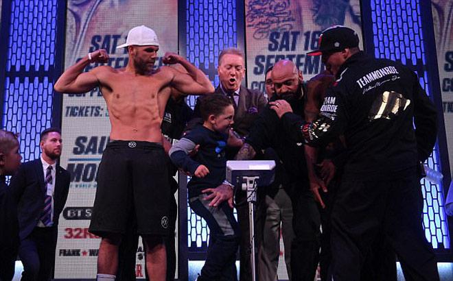 """Boxing: Bố """"xúi"""" con trai đấm """"chỗ hiểm"""", đối thủ đau đớn - 1"""