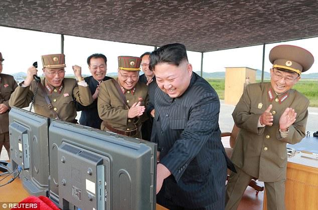 Kim Jong-un vỗ tay xem bắn tên lửa bay xa chưa từng thấy - 4