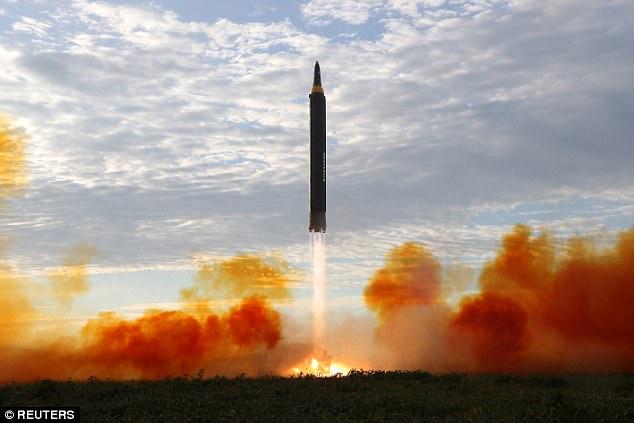 Kim Jong-un vỗ tay xem bắn tên lửa bay xa chưa từng thấy - 3
