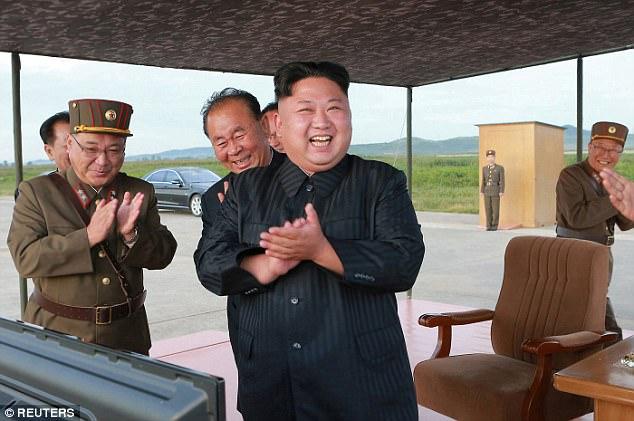 Kim Jong-un vỗ tay xem bắn tên lửa bay xa chưa từng thấy - 1
