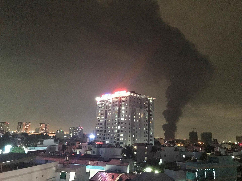 TP.HCM: Cháy dữ dội tại KCN Tân Bình, cột khói đen ngòm bốc cao hàng trăm mét