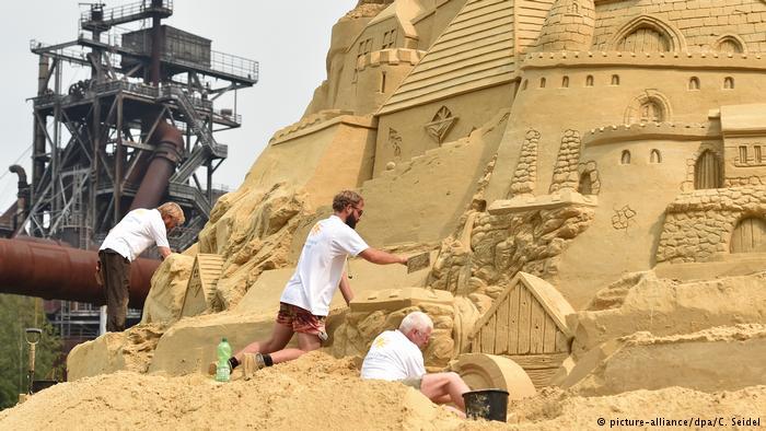 Du khách đổ xô check-in lâu đài cát khủng phá vỡ kỷ lục thế giới - ảnh 2