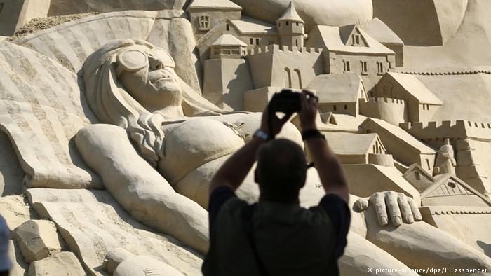 Du khách đổ xô check-in lâu đài cát khủng phá vỡ kỷ lục thế giới - ảnh 7