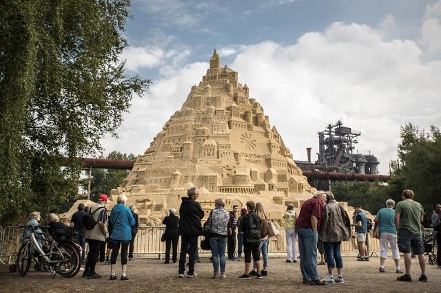 Du khách đổ xô check-in lâu đài cát khủng phá vỡ kỷ lục thế giới - ảnh 8
