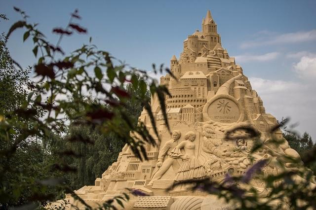 Du khách đổ xô check-in lâu đài cát khủng phá vỡ kỷ lục thế giới - ảnh 1