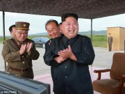 Kim Jong-un vỗ tay xem bắn tên lửa bay xa chưa từng thấy