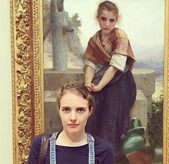 Không ngờ lại gặp người chị em song sinh trong bảo tàng.