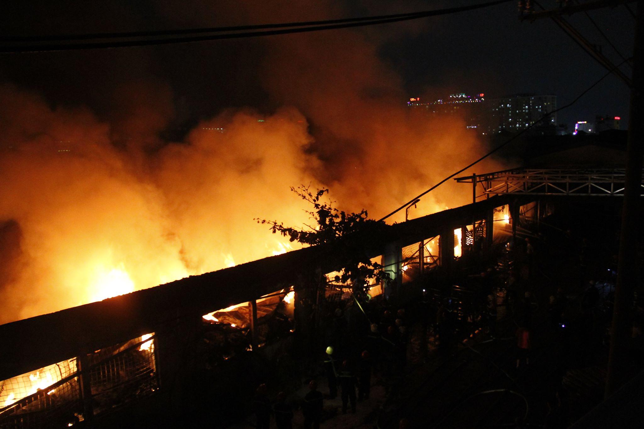 """Ảnh: Cả trăm cảnh sát vật lộn với """"giặc lửa"""" tại KCN Tân Bình - 2"""