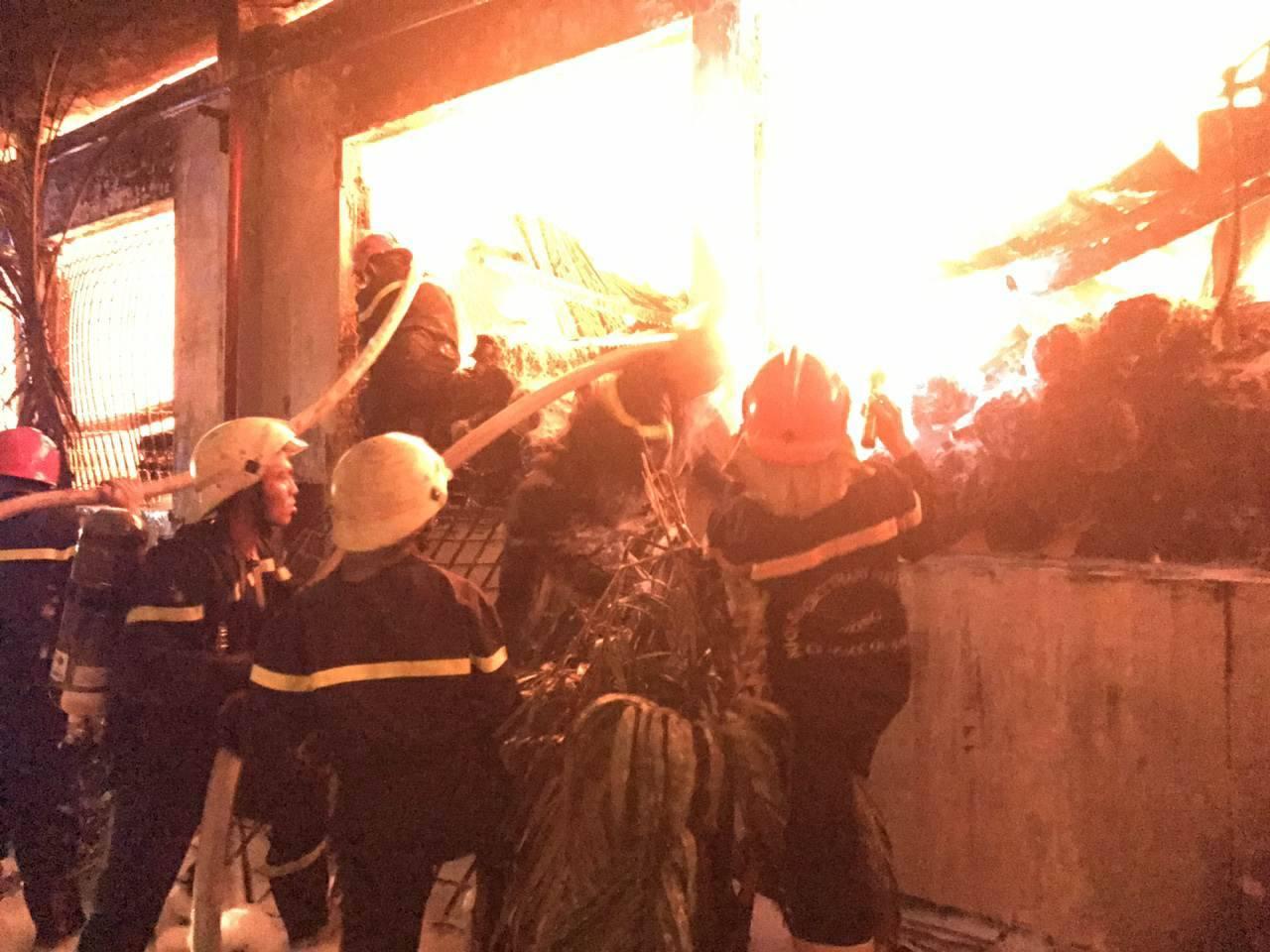 """Ảnh: Cả trăm cảnh sát vật lộn với """"giặc lửa"""" tại KCN Tân Bình - 7"""