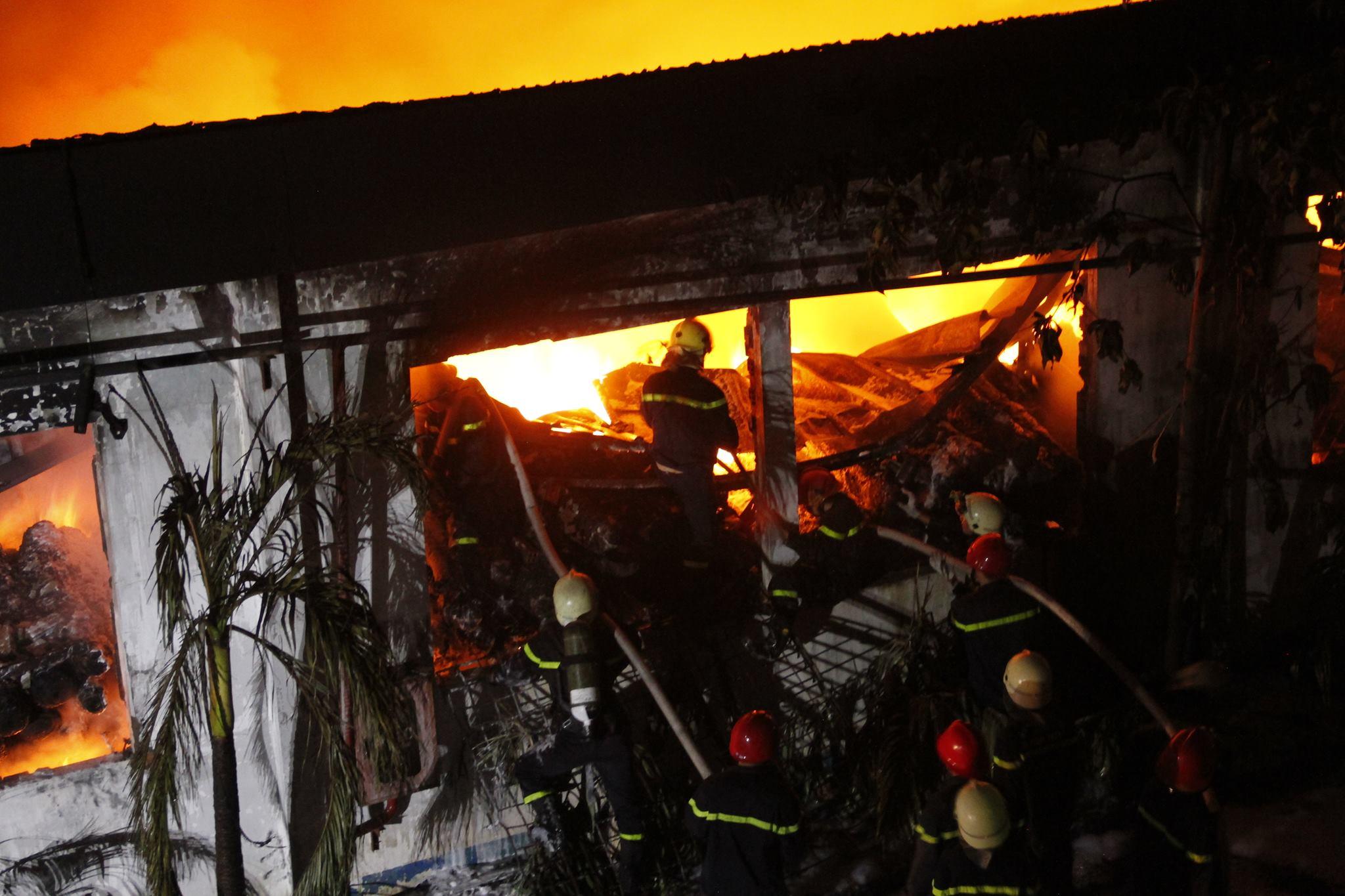 """Ảnh: Cả trăm cảnh sát vật lộn với """"giặc lửa"""" tại KCN Tân Bình - 9"""