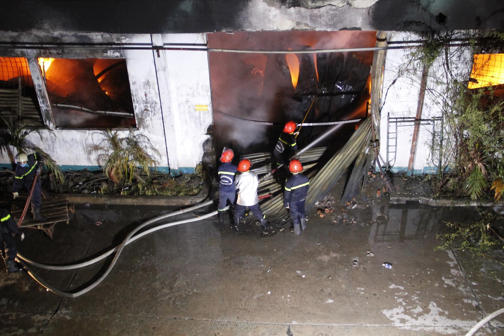 """Ảnh: Cả trăm cảnh sát vật lộn với """"giặc lửa"""" tại KCN Tân Bình - 11"""