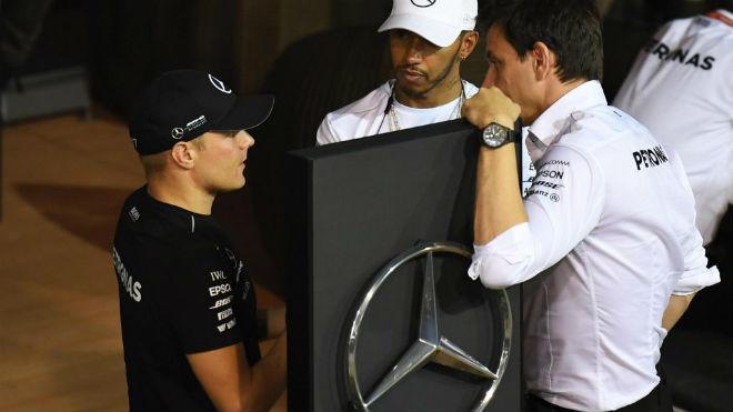 """Đua xe F1 - Phân hạng Singapore GP: """"Ngựa chiến"""" bất ngờ đánh bại """"Bò húc"""" 2"""