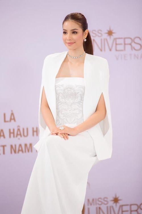 Đầm cape xưa lắc xưa lơ mà sao Phạm Hương mặc vẫn hot - 2