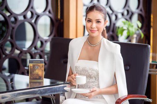Đầm cape xưa lắc xưa lơ mà sao Phạm Hương mặc vẫn hot - 1
