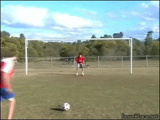 """Các thanh niên """"lóng ngóng"""" không nên đá bóng"""