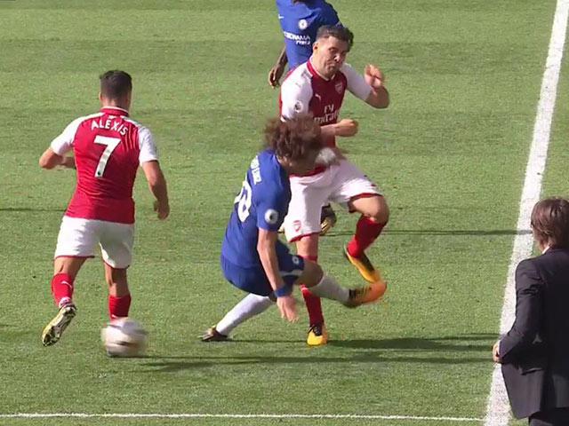 """Arsenal bất ổn: Sanchez cười nhạo vì Lacazette """"chân gỗ"""" - 4"""