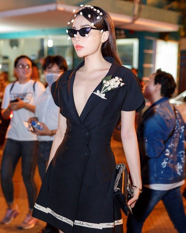 Tận dụng nước da trắng, Hoa hậu Việt Nam 2014 thường chọn những màu đen và đỏ để tôn lên làn da. & nbsp;