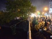 Tin tức trong ngày - Người Hà Nội đổ xô bắt cá dưới sông Tô Lịch sau cơn mưa lớn