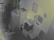 Xem camera giám sát, thấy trộm làm điều kỳ quặc trong nhà tang lễ