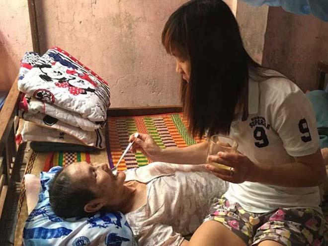 Nữ tuyển thủ đá bóng kiếm tiền chữa bệnh cho mẹ - 1