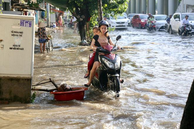 """Đường Sài Gòn thành sông, người dân """"bơi"""" trong ngày đầu tuần - 5"""