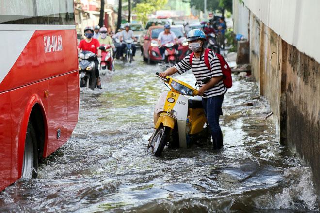 """Đường Sài Gòn thành sông, người dân """"bơi"""" trong ngày đầu tuần - 6"""